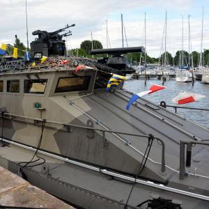 En militärbåt med flaggor på.