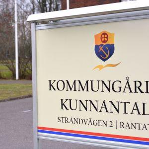 Skylt där det står Kommungården och Kunnantalo utanför kommungården i Ingå.