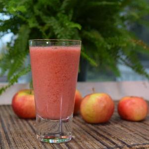 Omenasmoothie lasissa pöydällä