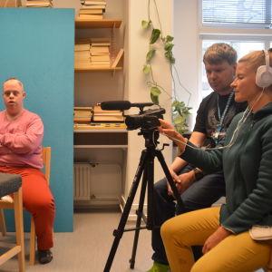 personer i studio kring filmkamera