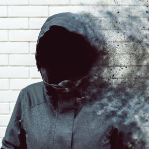 En jacka med huva - som saknar människoansikte - upplöses.