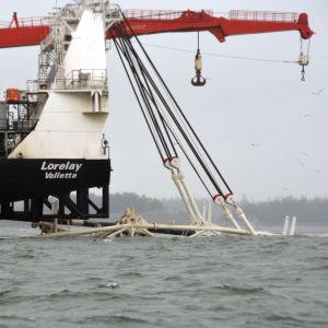 Fartyg lägger en gasledning till havs.