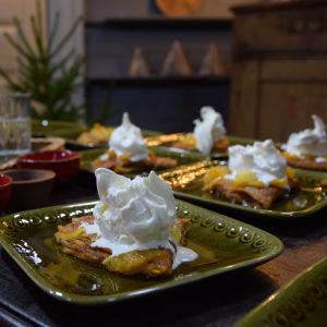 Valmiit annokset Crêpes Suzetteja kera mandariinikastikkeen ja jäätelön pöydällä