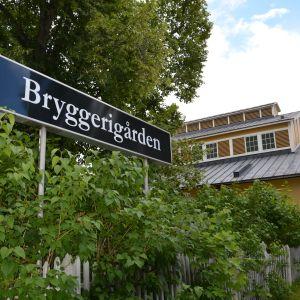 Utanför Bryggerigården i Ekenäs