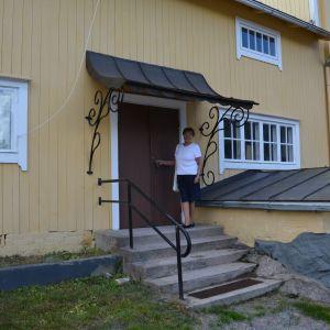 Britt-Marie Malmlund vid dörren till kontoret vid gamla bryggeriet