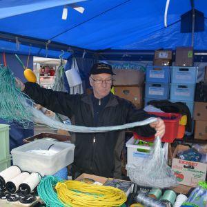 Försäljare av fiskeutrustning på Ekenäs höstmarknad