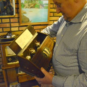 Henrik Dahl med en av sina gamla apparater