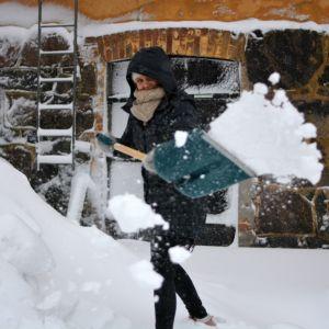kvinna skottar snö
