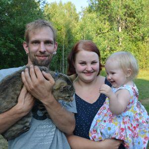 Niklas Pietilä tillsammans med sambon Frida Hägglund, dottern Esther Pietilä och familjens katt.