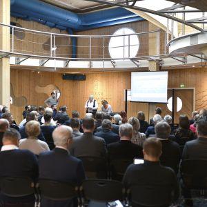 Invigningsfest vid Wasa Innovation Center. Folk i publiken och på scenen bland annat frontfiguren Sture Udd.