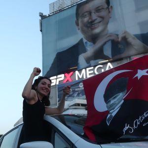 Anhängare till borgmästarkandidaten Ekrem İmamoğlu firar hans seger i Istanbul.