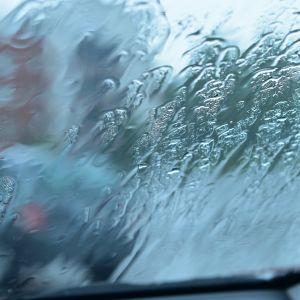 Regnvatten på en bils vindruta.