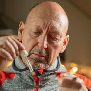 redaktör Pekka Palmgren testar cannabidiol