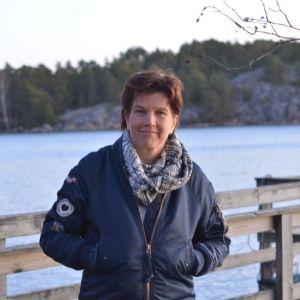 Jonna Engström-Öst på en brygga vid Tvärminne zoologiska station.