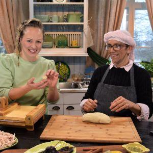 Elin Skagersten-Ström ja Leticia Paulin tekevät tortilloja.