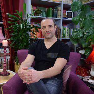 Alexey Kriventsov istuu Strömsöön kirjastossa kädet ristissä polvellaan.