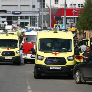 Ambulanser vid en skola i Kazan i Ryssland där en skolskjutning inträffade