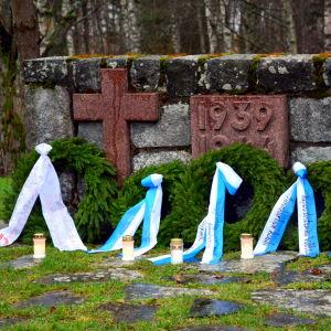 Kransar vid hjältegravarna i Vasa