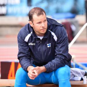 Tero Pitkämäki sitter på en bänk under spjuttävlingen i Vasa.