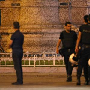 Poliser och soldater vaktar gatorna i Istanbul.