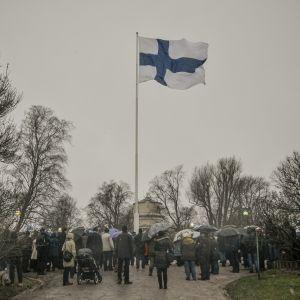 Finlands flagga hissades vid Observatorieberget i Helsingfors den 6 december 2014.