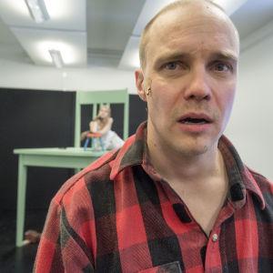 Juha Hurme: Töppöhörö. Kansalllisteatterissa näyttelevät Jarkko Lahti ja Alina Tomnikov.