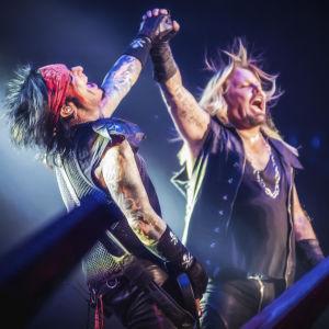 Nikki Sixx ja Vince Neil Mötley Crüen viimeisessä konsertissa 2015