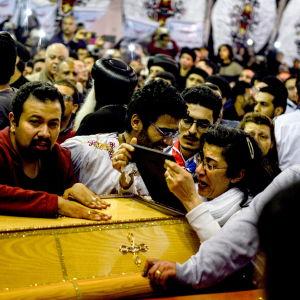 Begravningar av bomboffren började redan på söndag kväll i Tanta.
