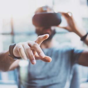 mies VR-laseissa