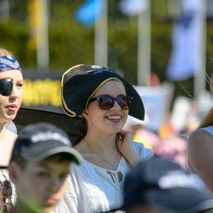 Ungdomar utklädda till pirater på stafettkarnevalen.