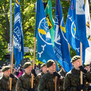 Puolustusvoimain lippujuhlapäivä, sotilaita, lippuja, sotilaat marssivat ja kantavat lippuja,