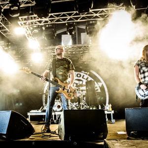 Bandet Kotiteollisuus på scenen på Rock Fest