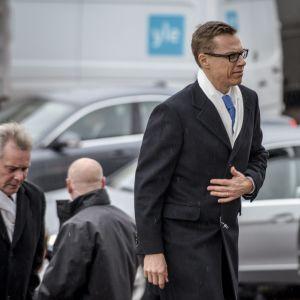 Ministrarna Antti Rinne och Alexander Stubb anländer till den ekumeniska gudstjänsten i Helsingfors domkyrka den 6.12.2014.