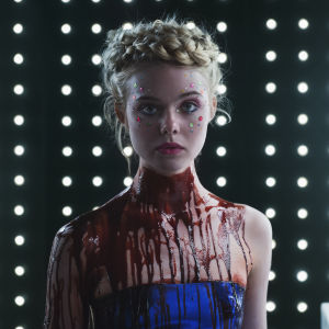 Elle Fanning som Jesse i paljetter, blod och blå klänning.