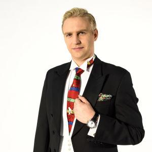 cb183445e54e Janne Grönroos med inkorrekt klädsel inför slottsbalen
