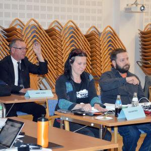 Raseborgs stadsfullmäktige har möte. Från vänster ledamöterna Harry Yltävä (Vf), Tanja Konttinen, Oskari Sundström och Ira Donner (de Gröna) samt Petri Palin (Sannf).