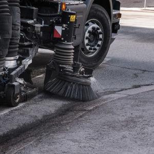 Maskin sopar upp gatudamm.