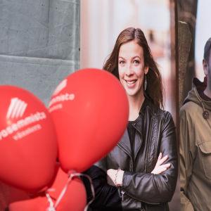 Li Andersson och Paavo Arhinmäki med röda kampanjballonger.