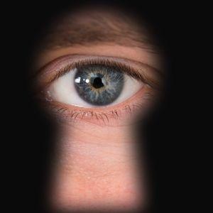 Person tittar genom ett nyckelhål