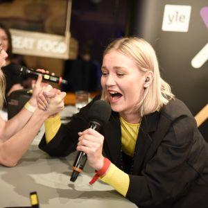 Armbrytning mellan Märta Westerlund och en lyssnare. Glöggrundan