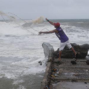 En fiskare fiskar i sista minuten före tyfonens ankomst