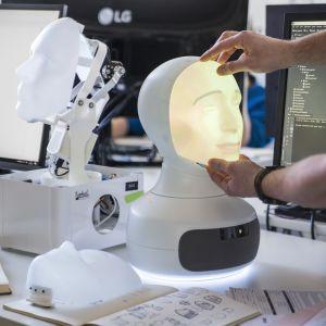 Robotille asennetaan kasvoja.