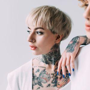 Tatuerad kvinna.
