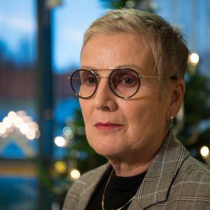 kvinna med ljust hår och glasögon