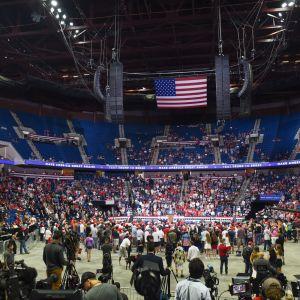 President Donald Trump talar inför halvtomma läktare i Tulsa i Oklahoma.