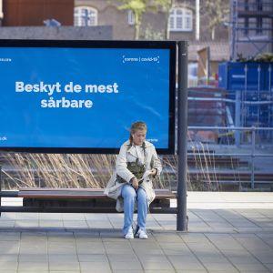 Skydda de mest sårbara, heter det på en skylt i coronavirusdrabbade Köpenhamn.