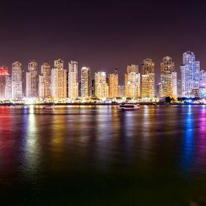 Dubai på natten, sett från havet.