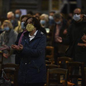 Pariisissa Saint-Sulpicen kirkossa pidettiin muistotilaisuus Nizzan terrori-iskun uhreille 1. marraskuuta 2020. Ranskassa kirkot ja hautausmaat pysyivät auki, vaikka muutoin liikkumista on rajoitettu koronaviruksen leviämisen estämiseksi.