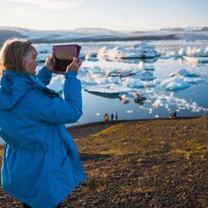 Turisti kuvasi Jökulsárlónin jäätikköjärveä Islannissa 14. kesäkuuta 2020.