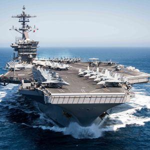 Hangarfartyget USS Theodore Roosevelt med åtföljande eskader seglade nyligen in Sydkinesiska havet i uppenbar styrkedemonstration gentemot Kina som gör anspråk på över 90 procent av havet.